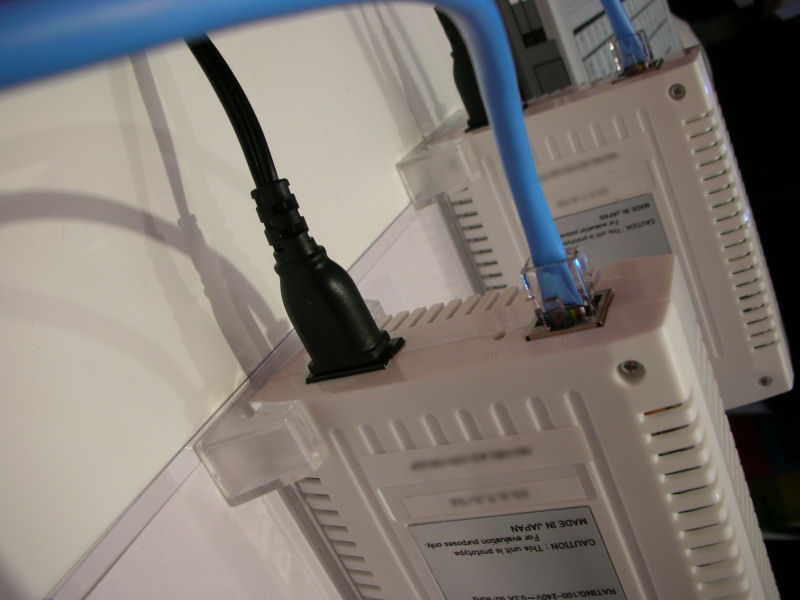 電源コードとLAN側Ethernetコネクタしかない